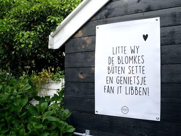 Friese Tuinposter - Litte Wy De Blomkes Bûten Sette - sfeerfoto - Krúskes.nl